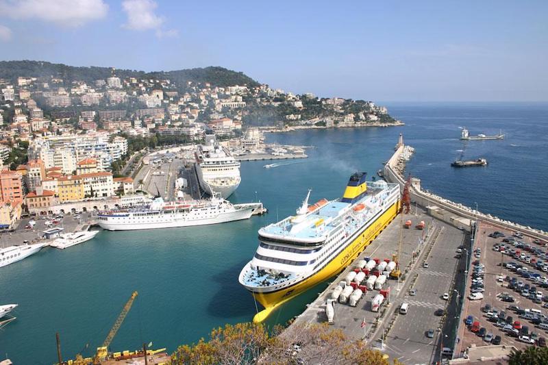 Porto de ferry boat em Nice na França